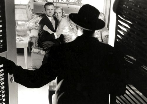 Raymond Burr (foregrond), with Dick Powell and Lizabeth Scott: Pitfall